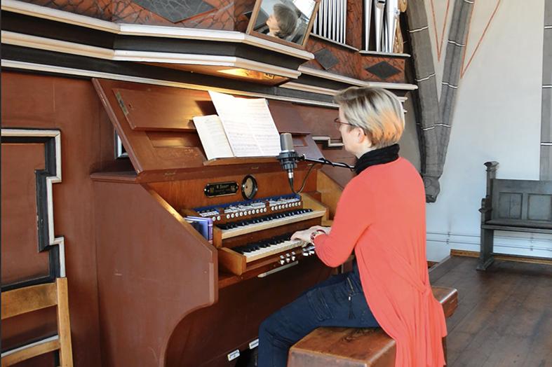 Kirchenmusikerin Susanne Drogan an der Sauer Orgel in der Klosterkirche Cottbus