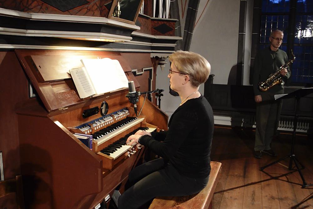 Kirchenmusikerin-Susanne-Drogan-spielt-die-Wochenlieder-Judika